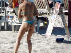 Voyeur - Nice girl in thong on the beach (in Corsica)