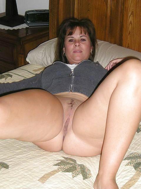 Gespreizten mit hausfrauen beinen nackt Nackte Hausfrauen