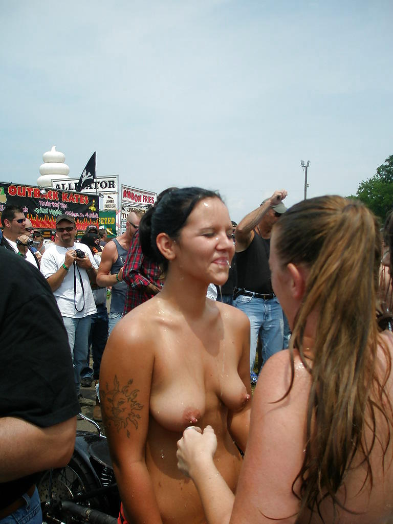 GIRLS TOGETHER: PUBLIC NUDITY TEENS SHOW THEIR TITS Porn Pics #14941800