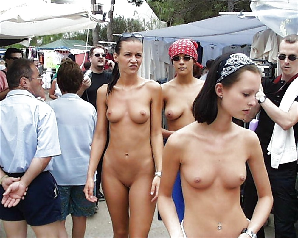 GIRLS TOGETHER: PUBLIC NUDITY TEENS SHOW THEIR TITS Porn Pics #14941899