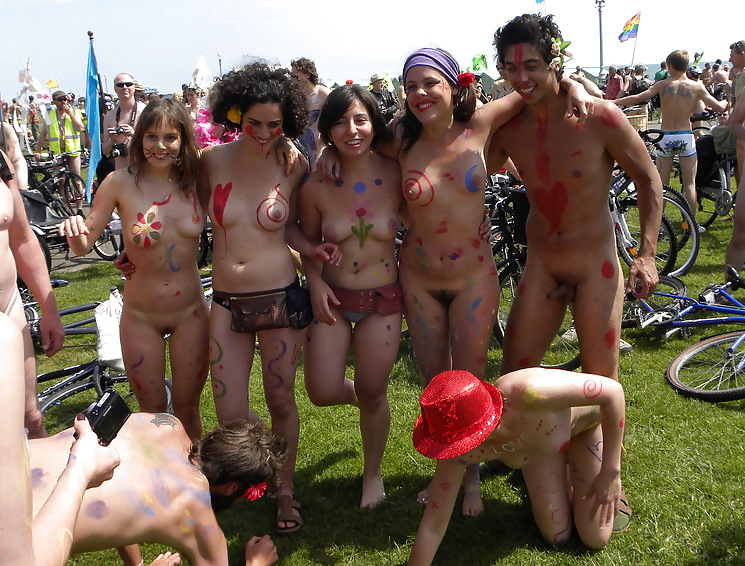 GIRLS TOGETHER: PUBLIC NUDITY TEENS SHOW THEIR TITS Porn Pics #14942068