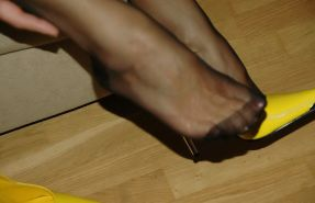 Mature lady in FF stockings & yellow pump heels