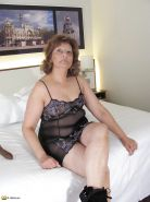 Chubby mature with dildo in shaved pussy Porn Pics #1082859