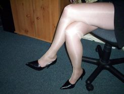 Amateur wife pantyhose legs