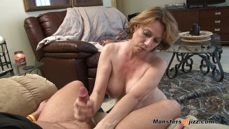 An experienced mature gives pleasure to her .