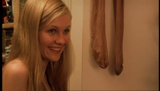 Kirsten Dunst smiling in front of her stinky worn pantyhose