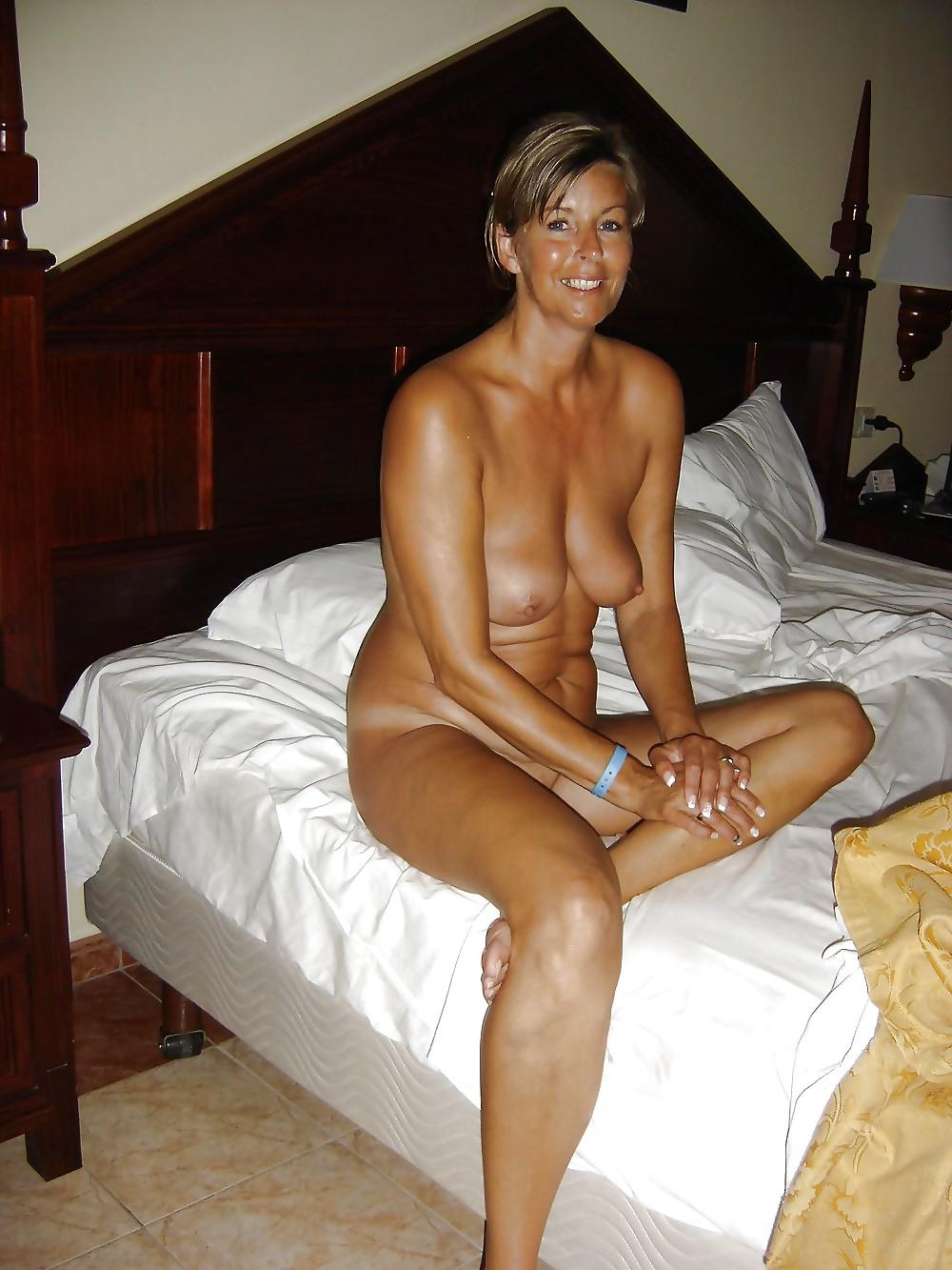 Nackt Hausfrau