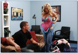 Mature slut Amber Lynn receives a cumshot on her rack after hardcore fucking