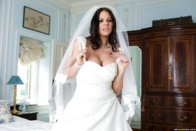 Brunette babe Simony Diamond loosing phat MILF ass from under wedding dress