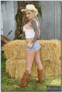 Juggy babe in jeans shorts Christy Mack stripping and fingering her gash