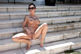 Tattooed alt chick Lolo Luscious spreads her pierced pussy outdoors