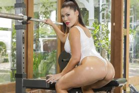 Asian babe London Keyes is doing some hot sport exercises in a swimsuit
