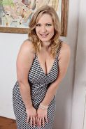 Full figured blonde mom Vicky Vixen stripping naked for nude pictures