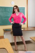 Teacher babe with long legs in stockings Veronica Vain turns on fast