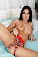 MILF Nikki Daniels uses fingers and vibrator to masturbate her pussy
