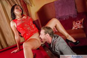 Amateur cougar Nikki Benz practices pussy lick and tongue fuck on knees