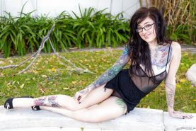 Tattooed Kelsi Lynn in glasses gives blowjob & gets a load of cum in mouth