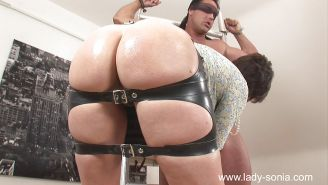 Mature femdom gives a blowjob to her blindfolded slave and gets
