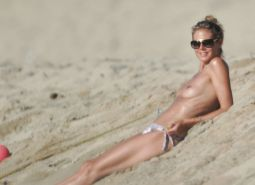 Heidi Klum showing her nice tits on beach on vacation caught by paparazzi