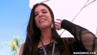 Bootylicious India Summer poked in her milf ass