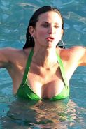 Courteney Cox showing her great body and pookies in green bikini in pool paparaz
