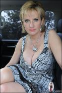 Milf lady sonia spreading on the back seat of car