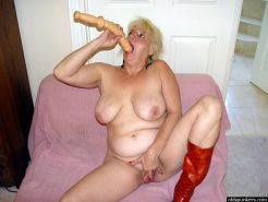 Bigtits fat mature blonde spreading pussy and playing dildo