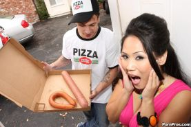 Jessica Bangkok loves to deepthroat big things