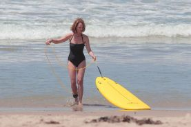 Helen Hunt shows off her still desirable body in black swimsuit while filming Ri