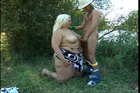 Huge titted bbw chick fucked by small guy outdoor