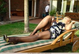 Amateur lady displaying her stocking legs on the sun