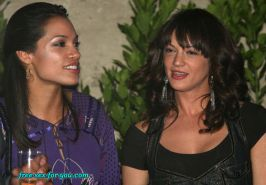 Rosario Dawson show tits and some lesbian paparazzi pictures