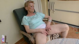 mature oldie outdoor pussy massage