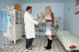Mature Brigita fetish old pussy gyno exam at clinic on gynochair