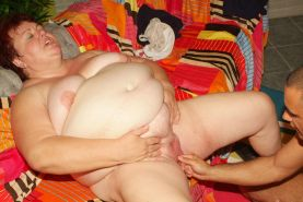 Fat mature Louise parts her thick thighs wide to get pussy priming and intense c