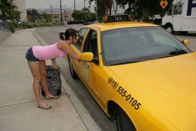Flexibe Miley Ann gives the taxi driver the ride of his life