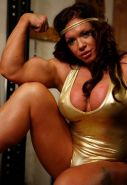 Big Female Bodybuilder gets horny at the gym