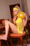 Pictures of teen chick Cindy8Teen playing with a balloon